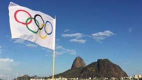 Olympisk flagga som vinkar Rio de Janeiro arkivfilmer