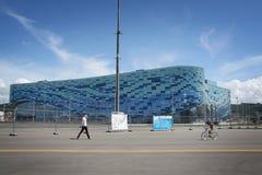 Olympisk isbergstadion parkerar på XXII vinterOS Arkivfoto