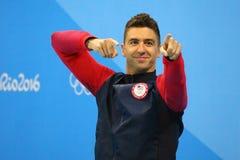 Olympisk mästare Anthony Ervin av Förenta staterna under medaljceremoni efter finalen för fristil för man` s 50m av Rio de Janeir Royaltyfri Bild