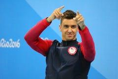 Olympisk mästare Anthony Ervin av Förenta staterna under medaljceremoni efter finalen för fristil för man` s 50m av Rio de Janeir Fotografering för Bildbyråer