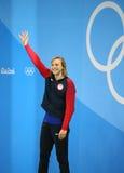 Olympisk mästare Katie Ledecky av USA under medaljceremoni efter seger på kvinnornas den 800m fristilen av Rio de Janeiro 2016 Royaltyfria Bilder