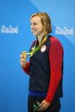 Olympisk mästare Katie Ledecky av USA under medaljceremoni efter seger på kvinnornas den 800m fristilen av Rio de Janeiro 2016 Arkivfoto