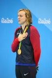 Olympisk mästare Katie Ledecky av USA under medaljceremoni efter seger på kvinnornas den 800m fristilen av Rio de Janeiro 2016 Arkivbilder