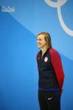Olympisk mästare Katie Ledecky av USA under medaljceremoni efter seger på kvinnornas den 800m fristilen av Rio de Janeiro 2016 Fotografering för Bildbyråer