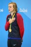 Olympisk mästare Katie Ledecky av USA under medaljceremoni efter seger på kvinnornas den 800m fristilen av Rio de Janeiro 2016 Royaltyfri Foto