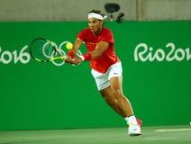 Olympisk mästare Rafael Nadal av Spanien i handling under mäns dubblettfinalen av Rio de Janeiro 2016 OS Royaltyfri Fotografi