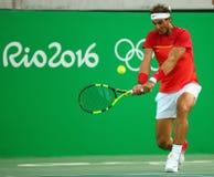 Olympisk mästare Rafael Nadal av Spanien i handling under mäns kvartsfinalen för singlar av Rio de Janeiro 2016 OS Arkivfoton