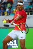 Olympisk mästare Rafael Nadal av Spanien i handling under mäns kvartsfinalen för singlar av Rio de Janeiro 2016 OS Arkivbild