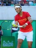 Olympisk mästare Rafael Nadal av Spanien i handling under semifinalen för singlar för man` s av Rio de Janeiro 2016 OS Royaltyfri Fotografi