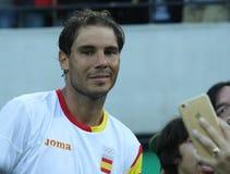 Olympisk mästare Rafael Nadal av Spanien som tar selfie med tennisfanen efter semifinalen för singlar för man` s av Rio de Janeir Arkivfoton
