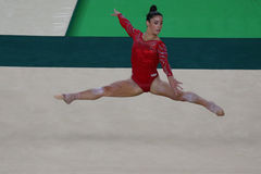 Olympisk mästare Aly Raisman av Förenta staterna under en konstnärlig period för utbildning för gymnastikgolvövning för Rio de Ja Royaltyfria Bilder