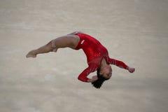 Olympisk mästare Laurie Hernandez av Förenta staterna under en konstnärlig period för utbildning för gymnastikgolvövning för Rio  Arkivfoton
