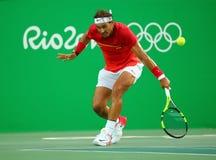 Olympisk mästare Rafael Nadal av Spanien i handling under mäns kvartsfinalen för singlar av Rio de Janeiro 2016 OS Arkivfoto