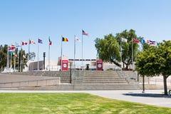 Olympisk utbildningscentrumborggård och flaggor av nationer Fotografering för Bildbyråer