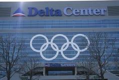 Olympiska cirklar på sida av deltan centrerar under 2002 vinterOS:er, Salt Lake City, UT Fotografering för Bildbyråer