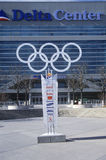 Olympiska cirklar på sida av deltan centrerar under 2002 vinterOS:er, Salt Lake City, UT Royaltyfria Foton