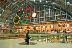 Olympiska cirklar på stationen för St Pancras Fotografering för Bildbyråer