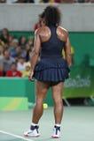 Olympiska mästare Serena Williams av Förenta staterna i handling under matchen för singelrunda tre av Rio de Janeiro 2016 OS Arkivfoton