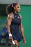 Olympiska mästare Serena Williams av Förenta staterna i handling under matchen för singelrunda tre av Rio de Janeiro 2016 OS Royaltyfri Fotografi