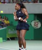 Olympiska mästare Serena Williams av Förenta staterna i handling under matchen för singelrunda tre av Rio de Janeiro 2016 OS Arkivfoto