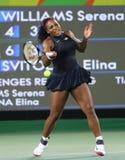 Olympiska mästare Serena Williams av Förenta staterna i handling under matchen för singelrunda tre av Rio de Janeiro 2016 OS Arkivbilder