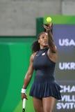Olympiska mästare Serena Williams av Förenta staterna i handling under matchen för singelrunda tre av Rio de Janeiro 2016 OS Royaltyfria Bilder