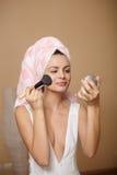 Omán en toalla en el maquillaje de aplicación principal Foto de archivo libre de regalías