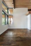 Omöblerad vardagsrum i ett modernt hus Arkivfoto