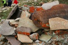Om玛尼padme嗡嗡声向佛经扔石头 免版税库存图片