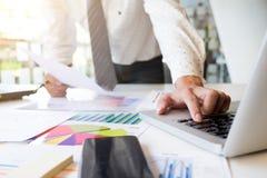 Om analysmarknad för Startup affärsman funktionsduglig information Royaltyfria Foton