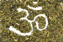 OM auf grünem Tee Stockbild