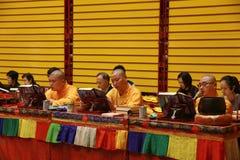 Om boeddhistische scripture te scanderen stock foto's