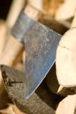 om brandhout te breken Stock Afbeeldingen