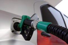 Om de auto met brandstof te vullen royalty-vrije stock afbeelding