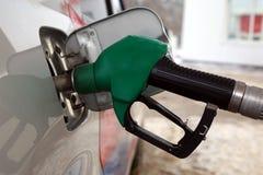 Om de auto met brandstof te vullen stock afbeeldingen
