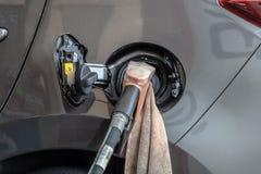 Om de auto met brandstof te vullen, sluit omhoog royalty-vrije stock foto
