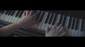 Om de piano te spelen, handen die de piano spelen stock footage