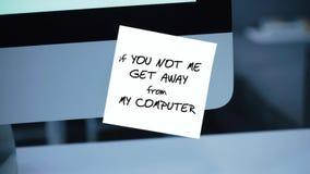Om dig mig inte att få i väg från min dator Inskriften på klistermärken på bildskärmen arkivfilmer
