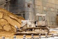 Om du arbetar så mycket som denna bulldozer, ska du se dålig för royaltyfri fotografi