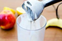 Om een nimbus-milkshake omhoog te schudden Stock Fotografie