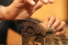 Om een sigaar met zijn handen, bladen te maken voor een sigaar, handwork Stock Foto's