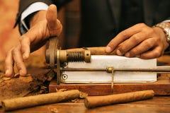 Om een sigaar met zijn handen, bladen te maken voor een sigaar, handwork Stock Afbeelding