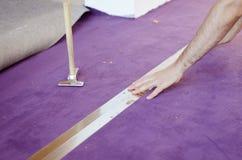 Om een tapijt te leggen Royalty-vrije Stock Foto
