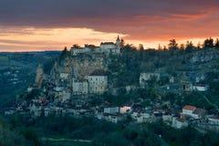 Om in het dorp van Rocamadour donker te worden Stock Foto's