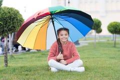 Om het even welk weer is goed Regenboog na regen Multicolored paraplu voor weinig gelukkig meisje Positieve stemming in de herfst stock fotografie