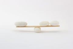 Om het gewicht van steen in evenwicht te brengen Stock Afbeeldingen