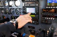 om het vliegtuig te controleren Stock Foto