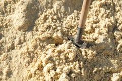 Om in het zand te graven schop stock afbeelding