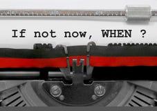 Om inte nu då text vid den gamla skrivmaskinen på vitbok royaltyfria bilder