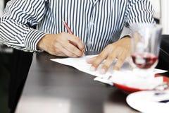 om lijst of het ondertekenen van contract te doen Stock Fotografie